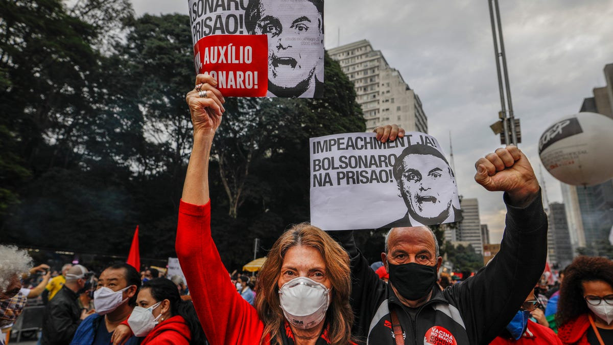 As Brazil tops 500,000 deaths, protests against president 2