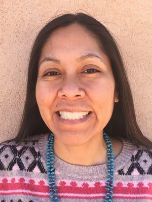"""Noel Lynn Smith, un reportero de Nuevo México, compartirá una historia personal real como parte de la presentación virtual del Storytellers Project. """"Historias sobre historias"""" El 13 de julio."""