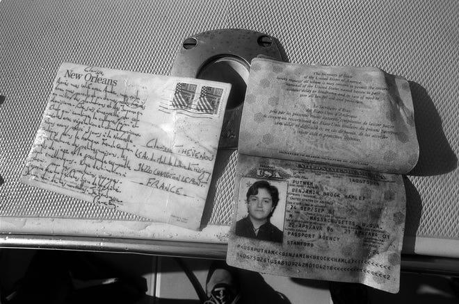 Eine Postkarte aus New Orleans nach Frankreich und der Reisepass eines kleinen Jungen sind nur zwei von Tausenden von Trümmerteilen, die beim Absturz von TWA-Flug 800 am 18. Juli 1996 im Wasser schwimmen.