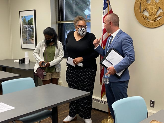Kelley Cruse-Nicholson speaks with Mayor Dave Snow after the Richmond Common Council meeting Monday, June 21, 2021.
