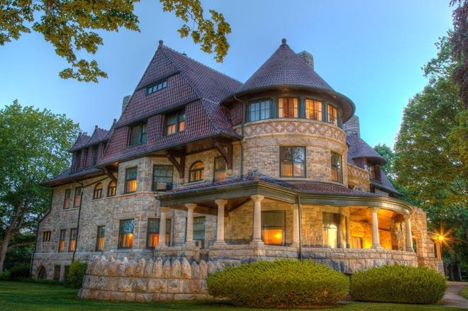 """The History Museum presents """"Mystery at the Mansion: Sealed with a Kiss"""" on October 15 and 29."""