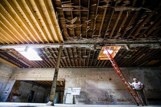Mike Keen el martes muestra partes del techo derrumbado que fueron reemplazados este año en el edificio Ward Baking Co. en South Bend.