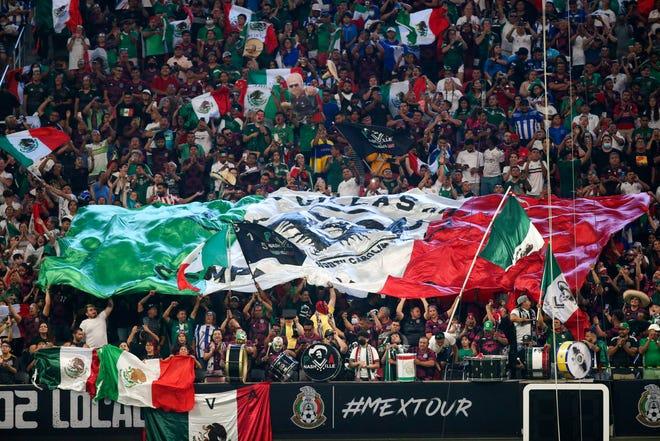 12 de junio de 2021;  Atlanta, Georgia, Estados Unidos;  Los aficionados de México levantan un Tifo antes de un partido contra Honduras en el Estadio Mercedes-Benz.  Crédito obligatorio: Brett Davis-USA TODAY Sports