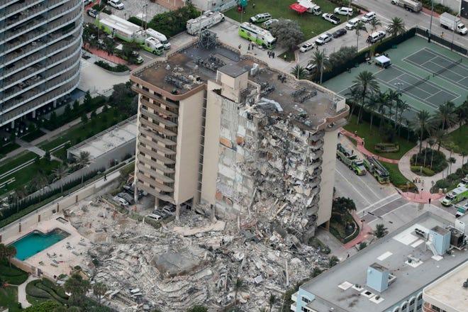 Questa foto aerea mostra parte del Sampline Towers South Condo di 12 piani sul lungomare, crollato giovedì mattina presto, 24 giugno 2021.