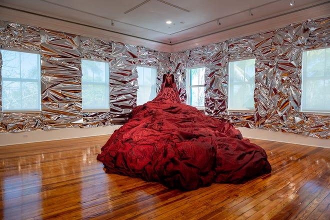 今週末、デルレイビーチのダウンタウンにあるコーネル美術館に展示されている地元や国の作品のエキサイティングなコレクションをお楽しみください。 ショーン・ド・フレイタスのこのコスチュームがあります。