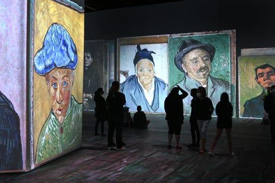 Les gens marchent dans la galerie immersive de l'exposition Beyond Van Gogh lors de la première journée publique présentant plus de 300 œuvres d'art emblématiques au TCF Center de Detroit le vendredi 25 juin 2021. Beyond Van Gogh utilise une technologie de projection de pointe pour créer un voyage immersif dans le monde de Van Gogh.