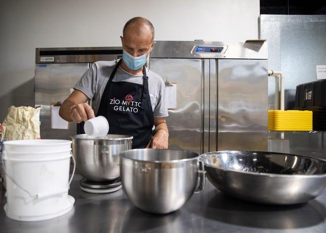 Matteo Cervente, comproprietario di Zio Matto Gelato, prepara il gelato presso la cucina commerciale di Memphis fino a giovedì 24 giugno 2021.