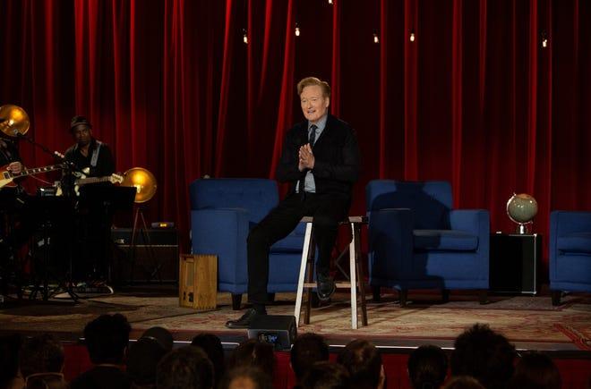 """Conan O'Brien, assis sur un tabouret de la même manière que Johnny Carson l'a fait sur son """"Spectacle de ce soir"""" final, merci """"Conan"""" le personnel et les fans lors du dernier épisode du talk-show de TBS."""