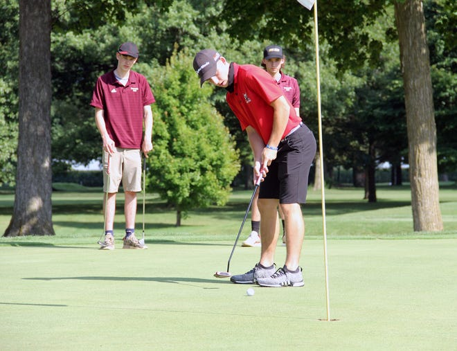 United's Drew Brown sinks a birdie putt on No. 1 at Gibson Woods in Monmouth last fall.
