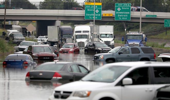 توقفت السيارات والشاحنات على الطريق السريع I-94 West بالقرب من ترمبل في ديترويت في 26 يونيو 2021. تسببت الأمطار الغزيرة في مترو ديترويت في حدوث فيضانات هائلة في المنازل والشوارع والطرق السريعة.