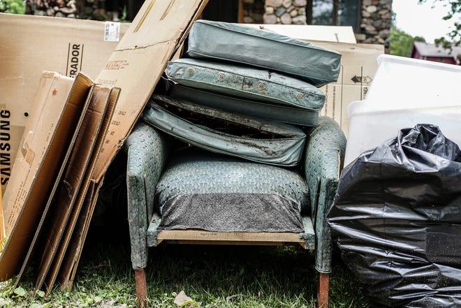 عناصر تضررت في قبو منزل كريستوفر وفيرجينيا ويلكينسون في حي جيفرسون تشالمرز بعد أن تسببت العواصف الممطرة في فيضان في ديترويت يوم الأحد ، 27 يونيو ، 2021.