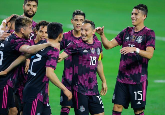 29 de mayo de 2021;  Arlington, Texas, Estados Unidos;  Los miembros de la selección mexicana, incluido el capitán Andrés Guardado (18), celebran el segundo gol del defensor Hirving Lozano (22) contra Islandia en el estadio AT&T.