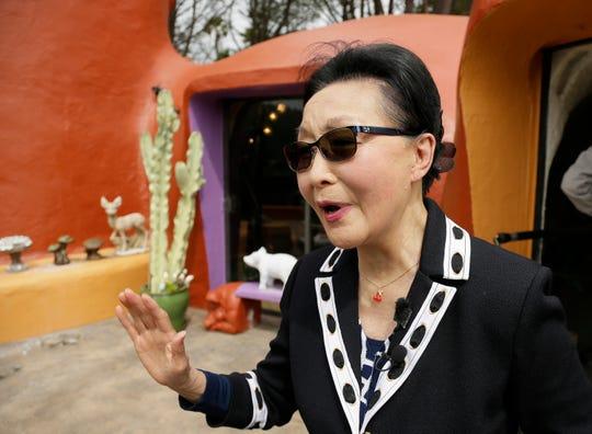 En esta foto de archivo del jueves 11 de abril de 2019, Florence Fang habla con los reporteros después de una conferencia de prensa frente a su Casa Picapiedra en Hillsborough, California.