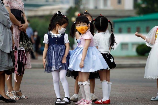 Діти дитсадка чекають автобус у Пхеньяні, Північна Корея, 19 червня.