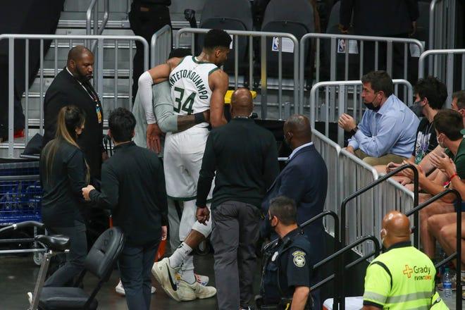 Giannis Antetokounmpo torna negli spogliatoi dopo l'infortunio in gara 4