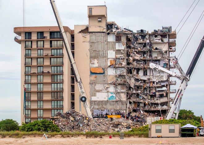 Continúan las operaciones de búsqueda y rescate en el edificio de condominios Champlain Towers South parcialmente derrumbado en Surfside, Florida, EEUU.