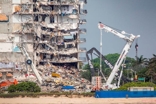 Vista de las labores del edificio derrumbado en Surfside, este jueves.