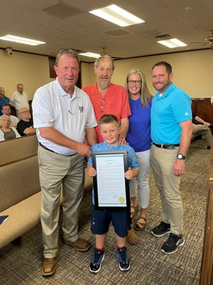 Bob Knight (center) poses for a photo with his family and Mayor Adams. The City of Mountain Home will celebrate July 15 as Bob Knight Day in honor of the KTLO legend.