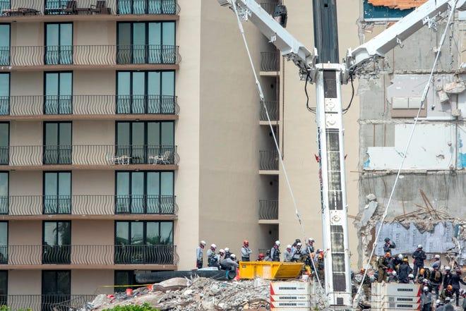 Equipos de rescate continúa su búsqueda en el edificio de condominios Champlain Towers South parcialmente derrumbado en Surfside, Florida, EEUU.