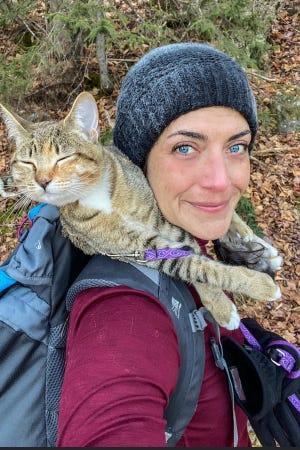 Mel Elam, bersama Floki si kucing pendaki