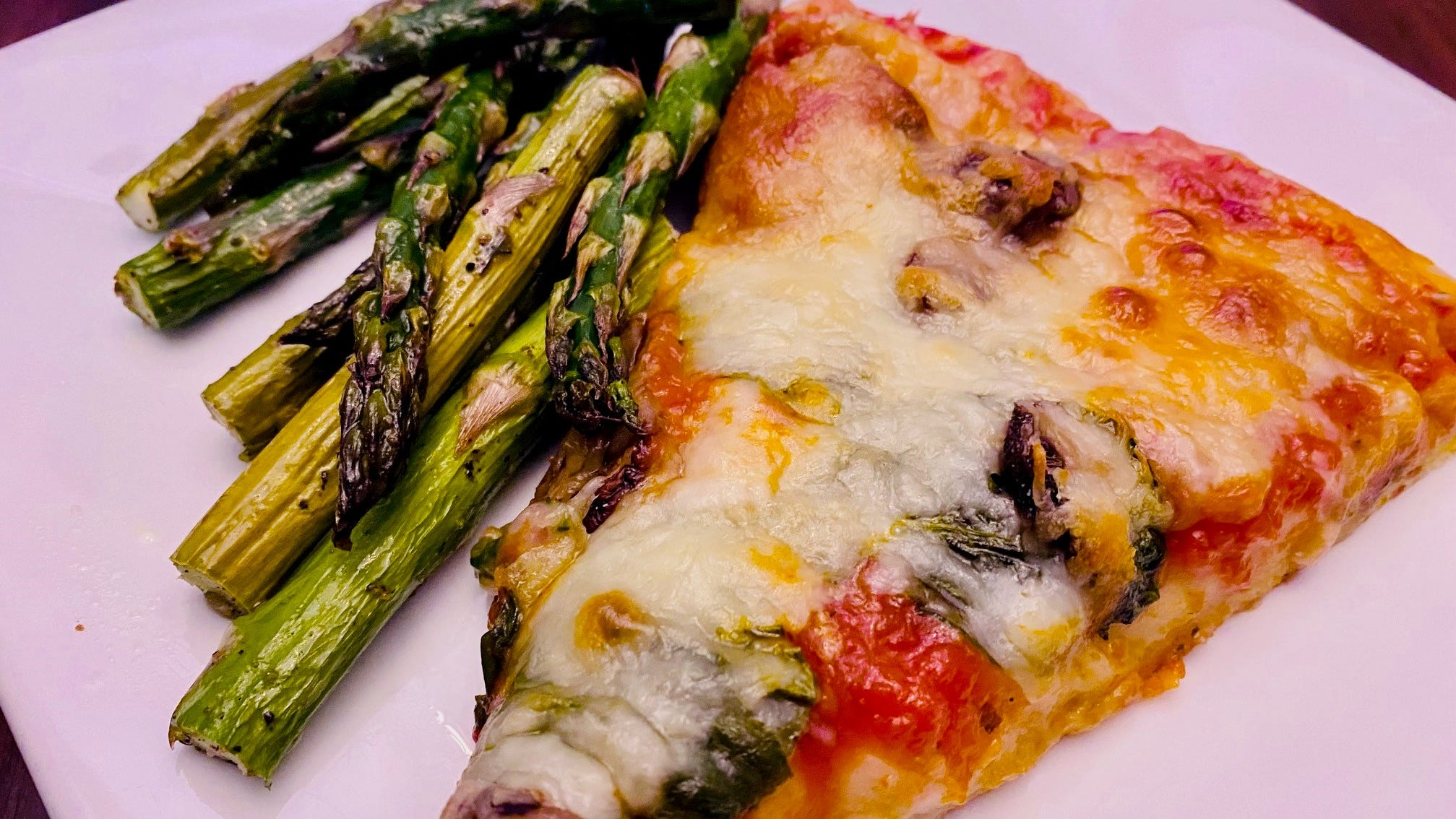 Utilizzare la salsa per la pizza durante la notte, servire con asparagi arrostiti.
