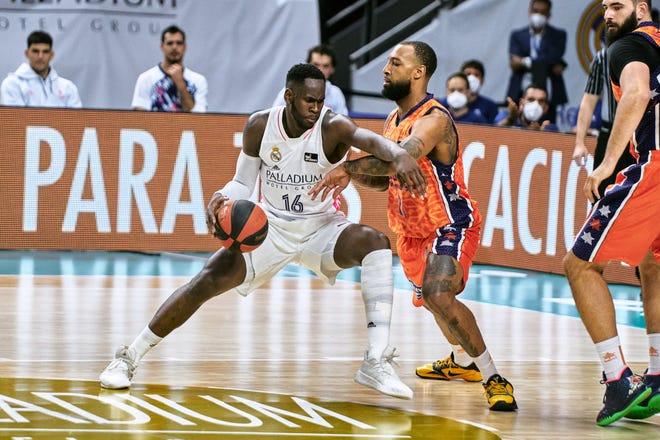 Usman Karuba del Real Madrid pelea contra Derrick Williams del Valencia Basket durante la semifinal de la Liga ACP entre el Real Madrid y Valencia el 10 de junio de 2021 en el Wishing Center en Madrid, España.