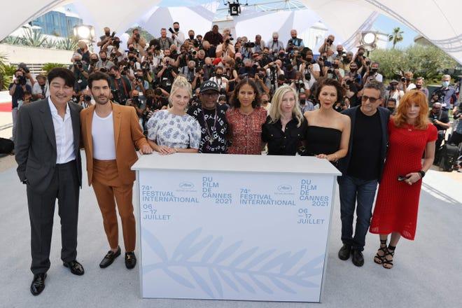 """Le Festival de Cannes a ouvert mardi le tapis rouge pour la première fois en plus de deux ans, lançant la magnifique Côte d'Azur avec la première de Leos Carax. """"Annette,"""" Présentation du jury de Spike Lee, avec de grands espoirs d'ignorer l'année pandémique punitive du cinéma."""