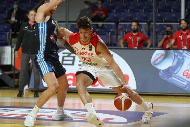 Albaren Chengun de Turquía y Constantinos Mitoglo de Grecia lo intentaron en la primera mitad de los Clasificatorios Olímpicos de Baloncesto Masculino FIBA el 3 de julio en Victoria, Columbia Británica.