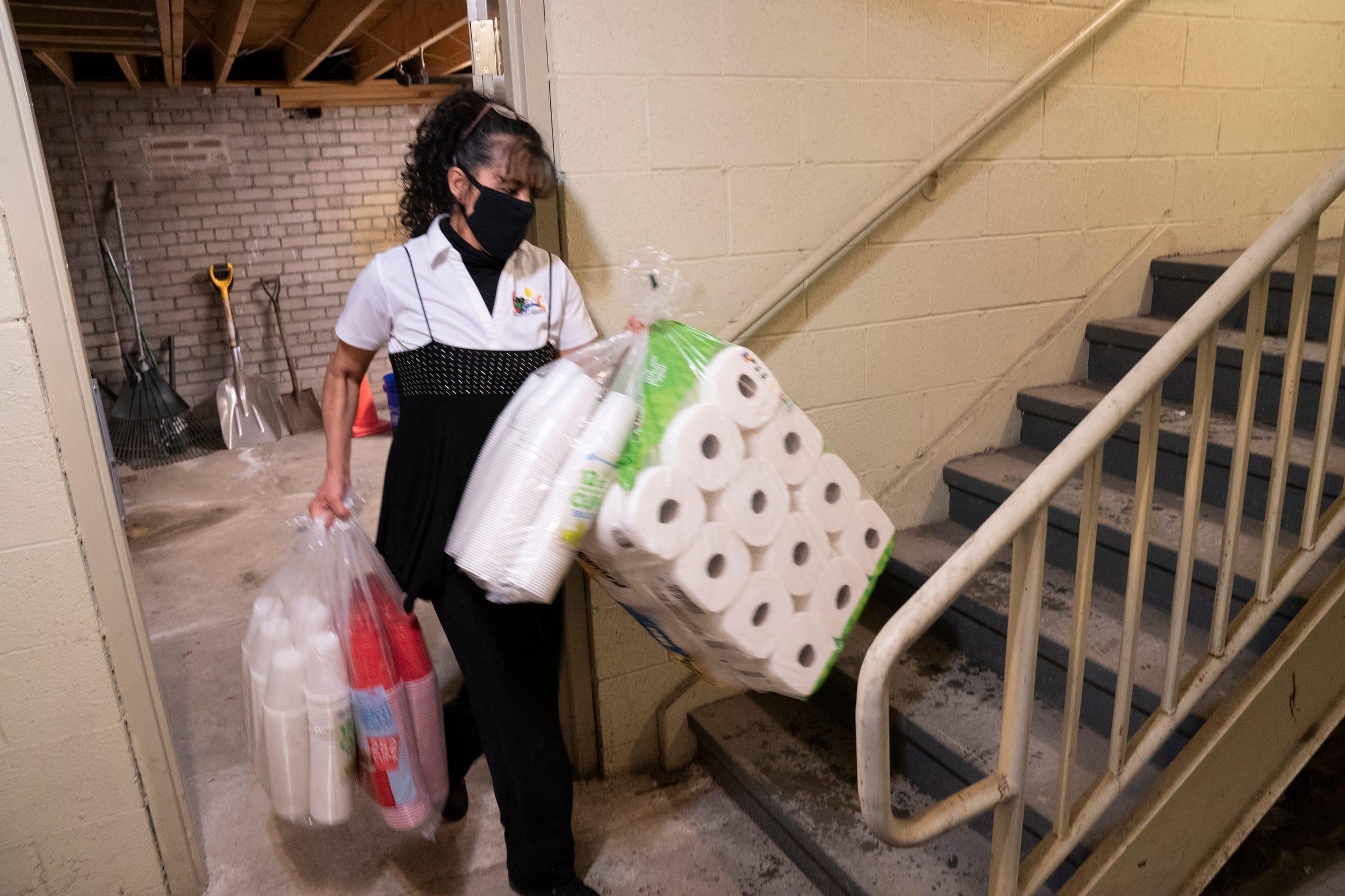 Lucy Ruiz, directora ejecutiva de Congress of Communities en Southwest Detroit, de 50 años y originaria de Detroit, mueve una caja el 22 de abril de 2021 mientras ayuda en las preparaciones de la mudanza a las nuevas oficinas centrales de la organización.