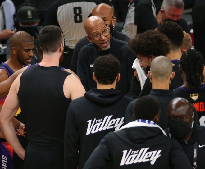 Pelatih kepala Phoenix Suns Monty Williams berbicara dengan timnya selama Game 1 Final NBA melawan Milwaukee Bucks di Phoenix Suns Arena 6 Juli 2021.