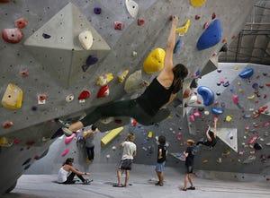 Sophia Zeballos, dari Houston, bergoyang di Mesa Rim Climbing Center di Reno pada 6 Juli 2021.