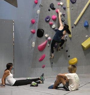 Kompetisi muda mengguncang di Mesa Rim Climbing Center di Reno pada 6 Juli 2021.