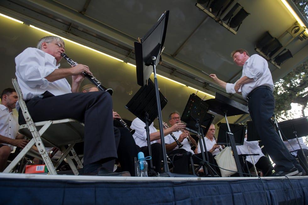 Chris Anderson, rechts, leitet die Valley Musical Band während der jährlichen Konzerte der Park Series im Victory Park in Stockton.