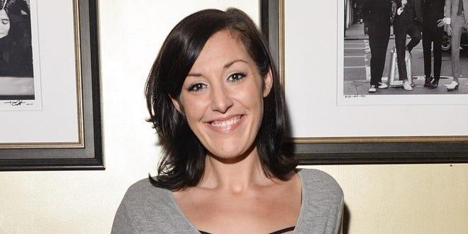 A comediante e comediante Rina Calm de Chicago é a atração principal de uma nova série de comédia no Iron Horse Community Theatre, em Cambridge.