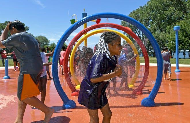 Bayview Park Splash Pad 2019'da açıldı. West Second Street boyunca, Cherry ve Walnut Streets arasındaki parkta oyun alanı ve basketbol sahası da bulunuyor.