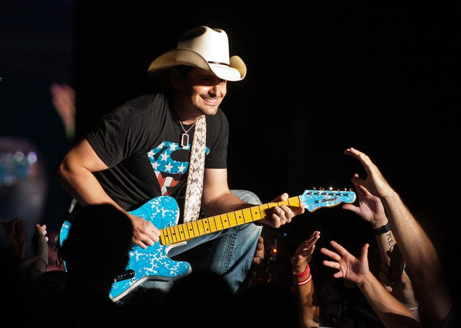 Brad Paisley  went 25 songs deep into his catalog at Thursday night's show in Jacksonville, playing the hits people wanted and a few new songs.