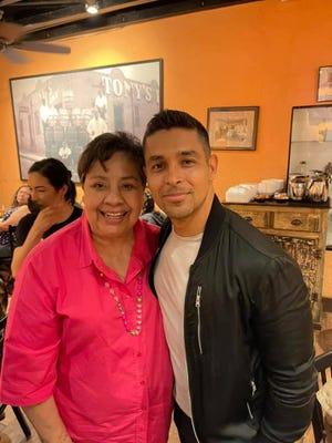 La ex representante Lily Lemon participó en la bienvenida al actor Wilmer Valderrama a El Paso.  Visité Fort Bliss para conocer y saludar y almorzar en L&J Cafe.