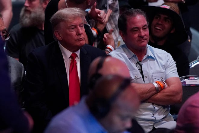 El ex presidente de los Estados Unidos, Donald Trump, a la izquierda, asiste a UFC 264.