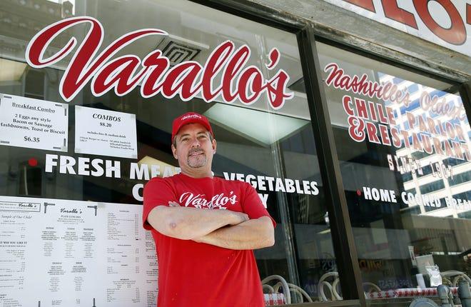 El propietario Todd Farallo se encuentra frente al Chile Parlor & Restaurant de Varallo en 239 4th Ave.  Norte el 29 de octubre de 2018.