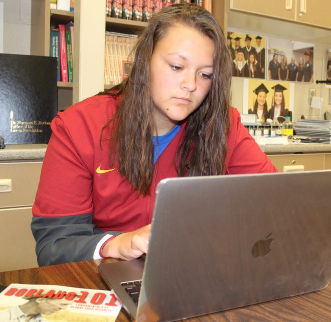 Josie Kelly, Nevada High School junior,acceptsand registersonline for the 2021 World Food Prize Global Youth Institute.