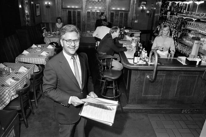 Mike Kelly, entonces gerente general de Jimmy Kelly's, se prepara para recibir a los clientes que acuden en masa a la tienda de bistecs y papas fritas el 15 de septiembre de 1987.
