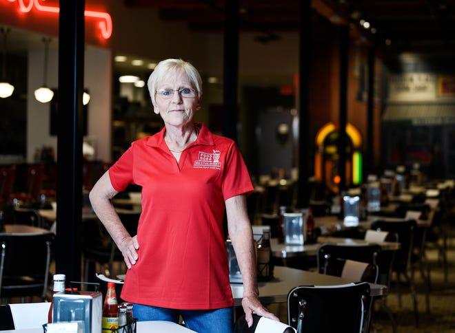 Linda Melton, quien comenzó a trabajar en Elliston Place Soda Shop en 1992, se encuentra en el nuevo espacio más grande adyacente el 29 de abril de 2021. Dijo que la nueva ubicación ha conservado la atmósfera original de la tienda.