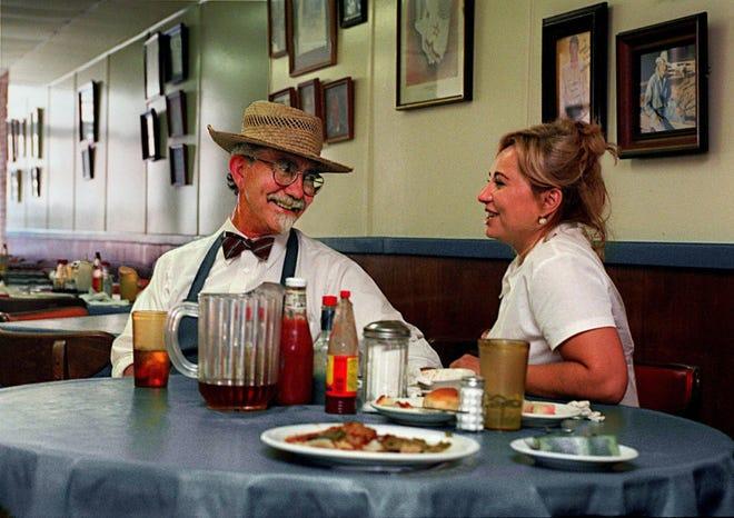 Después de la hora punta del almuerzo, Jack Arnold se fue, se puso su sombrero de caza y se sentó a comer y charlar con Rose Arnold, su esposa y socia en la cocina de campo de Arnold el 11 de julio de 1996.