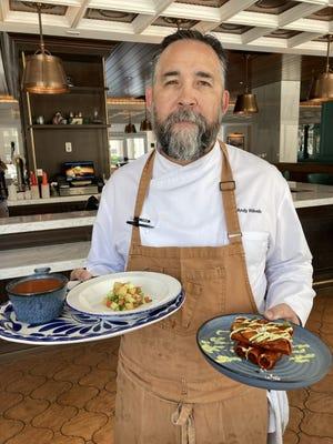 El chef Andy Riblin está devolviendo el verano a la vida con su nuevo menú Sabor dentro del Hotel Paso del Norte.  Sostiene un gazpacho de tomate a la izquierda y flautas de pollo ahumado a la derecha.