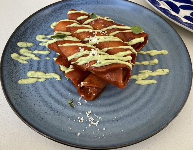 Los Taquitos Banados serán uno de los platos favoritos de este verano en Sabor.  Elaborado Con Pollo Ahumado Crujiente Y Salsa De Tomate Asado Con Chile Guajillo.