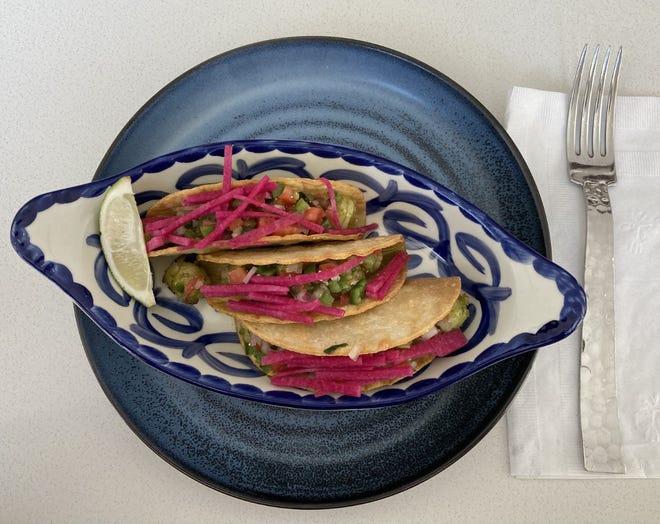 Los tacos de camarones ($ 9) pueden ser pequeños pero de gran sabor en este trío de hojas de maíz.  Camarones en salsa de limón, cubiertos con cebolla morada y salsa de sandía, lechuga rallada y pico de gallo.