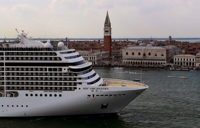 L'Italia sta vietando alle navi da crociera giganti di navigare verso Venezia, che ha rischiato di essere dichiarata patrimonio dell'umanità in pericolo dalle Nazioni Unite in pochi giorni.