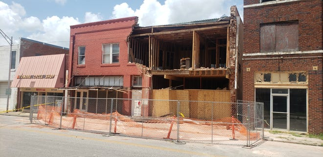 The Ardmore City Commission voted against demolishing the building at 119 N. Washington St. that was struck by a vehicle over the weekend. Instead they have given the property owner a timeline of repairs which must be followed in order to avoid demolition in the future.