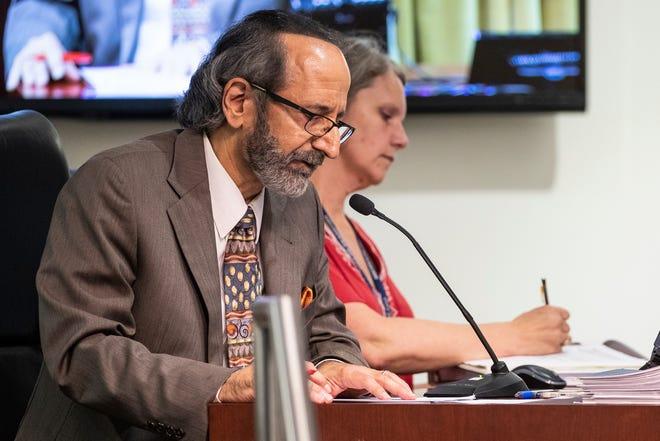 يتحدث سكرتير مدينة ديربورن جورج ثاراني خلال اجتماع لمجلس المدينة في 13 يوليو 2021 في City Hall في ديربورن.