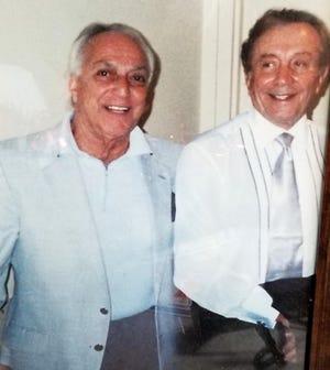 """Antonio """"sai"""" Ciotti, a sinistra, posa con il cantante Al Martino dopo un concerto a Buffalo in questa foto scattata alla fine degli anni '90 o all'inizio degli anni 2000.  Ciotti, morto il 2 luglio all'età di 92 anni, ha prenotato spettacoli in due club Erie."""